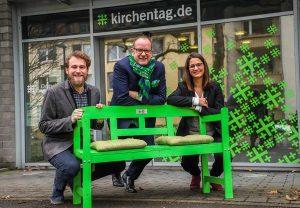 Der Cityring spendet Bänke an das Büro des Kirchentages - Dirk Rutenhofer, Niklas Finzi und Katrin Edinger. Foto: Stephan Schuetze