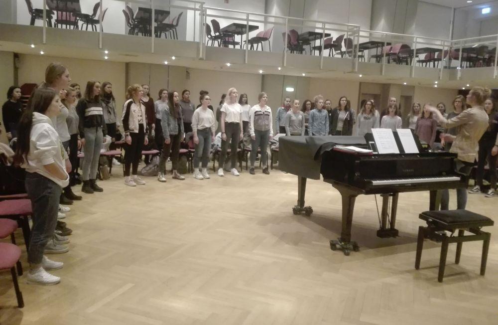 Mädchenchor der Chorakademie Dortmund mit Dirigentin Kelley Sundin. Fotos: Angelika Steger