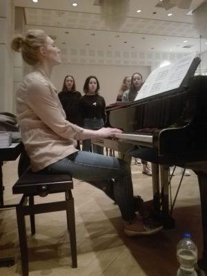 Chorleiterin Kelley Sundin begleitet ihren Chor am Flügel.