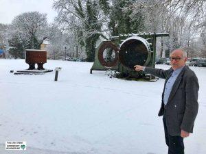 Dr. Karl Lauschke, Vorsitzender der Freunde des Hoesch-Museums, zeigt auf den Standort. Foto: Alex Völkel