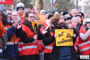 Entschlossen zeigen sich die Beschäftigten von ThyssenKrupp - heute gab es einen Warnstreik. Fotos: Alex Völkel