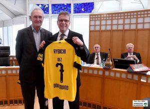 """CDU-Fraktionschef Ulrich Monegel begrüßte """"seinen"""" Dezernenten mit einem BVB-Trikot. Foto: Alex Völkel"""