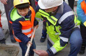 Die Kids haben sichtlich Spaß auf der Baustelle.