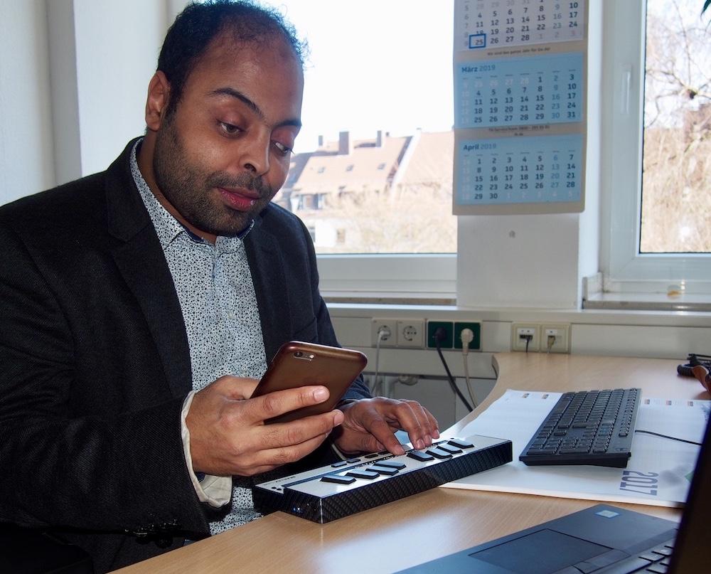 Mourad Louloud an seiner Braillezeile Fotos (3): Sarah von Borzestowski