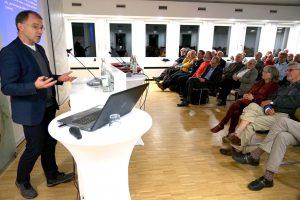 Professor Dr. Reinhard Merkel erläuterte dem Publikum in der Kommende Dortmund seine Positionen zur Flüchtlingspolitik und zu den Fragen von Zuwanderung und Integration. Foto: pdp/Michael Bodin