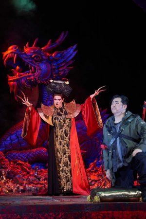 Stéphnie Müther als Turandot. Calaf (Andrea Shin) hat ihre Rätsel gelöst.