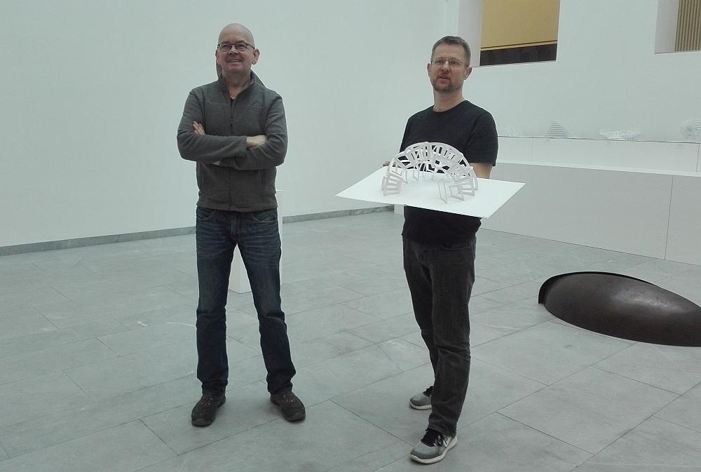 """Sebastian Wien und Peter Dahmen in der Ausstellung """"Entfaltung"""". Fotos: Angelika Steger"""