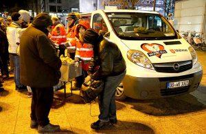 """Auf dem Bahnhofsvorplatz geben die Helferinnen und Helfer im Projekt """"Wärmebus"""" an drei Abenden in der Woche Brötchen, Suppe und heiße Getränke an Menschen aus, die auf der Straße leben."""