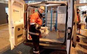 Holger Kurek vom Leitungsteam ist auch als Notfallsanitäter vor Ort und kennt sich in den Regalen des Wärmebusses bestens aus.