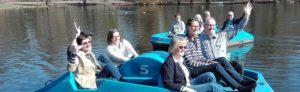 Auf zu großer Fahrt über den Teich: Mitglieder der Betreiber des Bootsverleihs von Diakonie, Stadtverwaltung und Freundeskreis Fredenbaum. Foto: A. Steger