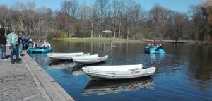 Paddel- und Tretboote kann man am Teich im Fredenbaumpark ausleihen. Foto: A. Steger