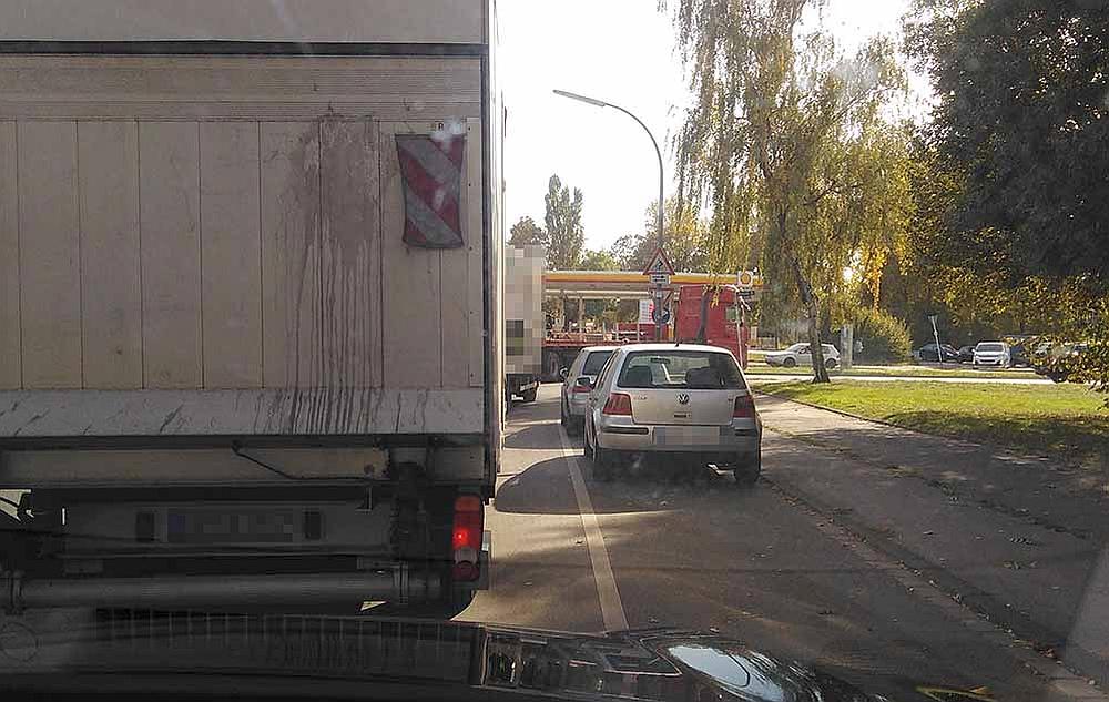 """Oft stauen sich Lkws an der Kreuzung zur Brackeler Straße: bislang scheint """"kein Kraut"""" dagegen gewachsen."""