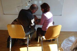 Staubsauger defekt: eine Besucherin wartet geduldig bei der Reparatur. Foto: A.Steger