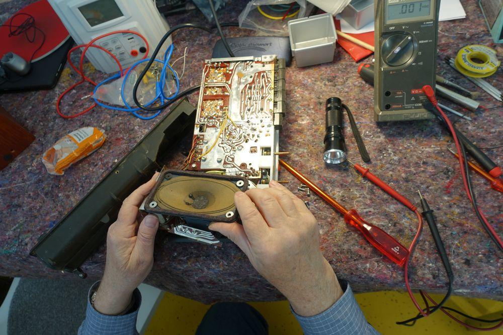"""Im """"Repair-Café"""" Dorstfeld kümmern sich ehrenamtliche MitarbeiterInnen um die Reparatur defekter Elektrogeräte, verschlissener Kleidung und vieles mähr. Wer mitmachen möchte, muss sich vorher anmelden. Fotos: Angelika Steger"""