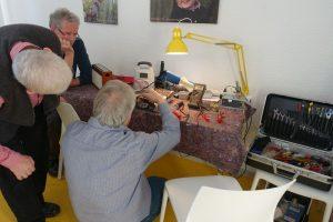 Ein 55 Jahre altes Radio wird repariert beim Repaircafé Dorstfeld. Fotos: A. Steger