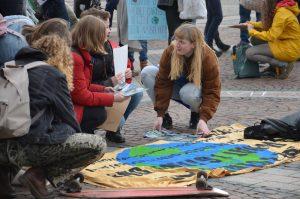 """Schüler und Schülerinnen demonstrieren bei """"Fridays for Future"""" für eine bessere Klimapolitik in Dortmund."""
