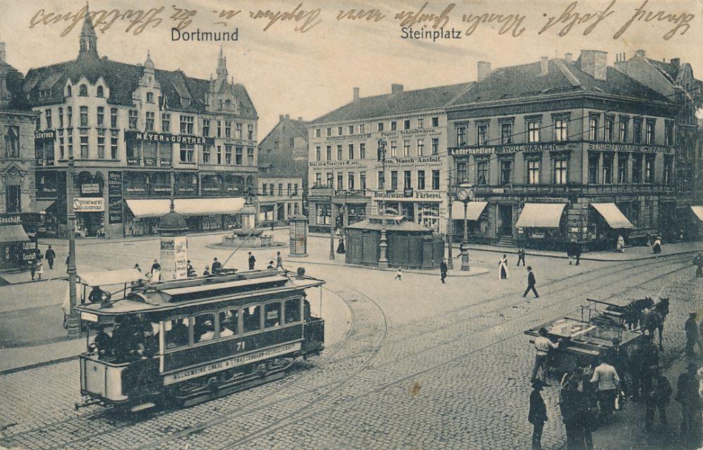 Nordseite des Steinplatzes zwischen Zimmerstraße (links) und Münsterstraße um 1910. Rechts das Haus Münsterstr. 18, in dem u. a. die Fa. Hannemann untergebracht war. (Sammlung Klaus Winter)