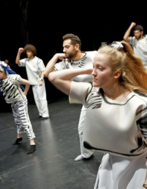"""Tanzszene in """"Klatschen"""". Das Kollektiv kämpft gegen die ungerechte Lehrerin - mit allen Mitteln."""