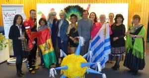 Team der Organisatorinnen um DKH-Direktor Levent Arslan (M.) mit einer Pinata im Vordergrund. Fotos: Thomas Engel