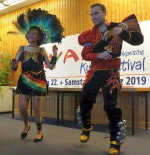 """Ein Teil der Tanzgruppe """"Amigos de Bolivia"""" in Aktion"""
