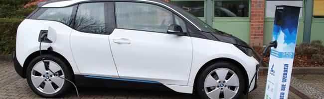 Digitale Litfaßladesäule soll Elektromobilität und lokalem Handel helfen – und KundInnen die Zeit vertreiben