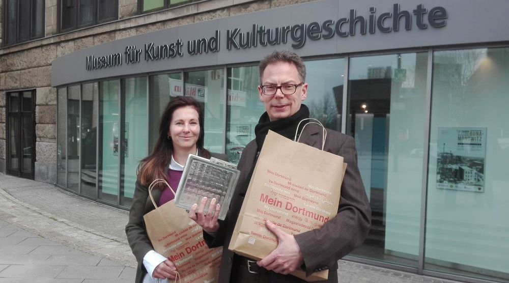 """Ausstellungsleiterin Astrid Wegner und Direktor Dr. Jens Stöcker mit den Tüten zu """"Mein Dortmund"""" Foto: Angelika Steger"""