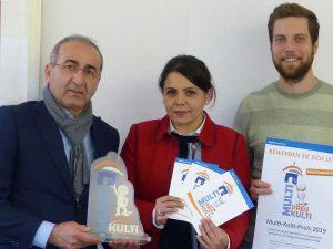 Freuen sich schon auf die Bewerbungen zum diesjährigen Multi-Kulti-Preis (v.l.): Geschäftsführer Kenan Küçük, Organisatorin Canan Çabuk und Team-Unterstützer Jannik Willers.