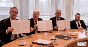 Gregor Lange, Ullrich Sierau und Klaus Wegener unterzeichneten im Beisein von Rabbiner Baruch Babaev die Erklärung.