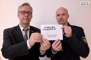 Polizeipräsident Gregor Lange und seine Vertreter im Netzwerk, Olaf Goldhagen, bei der Unterzeichnung.