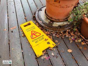 In Außenbereichen sollten lose Gegenstände und Gartenmöbel vorsorglich gesichert werden. Foto: Alex Völkel