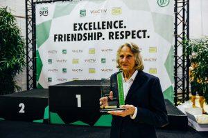 Ursula Happe verlieh den Pokal für die beste Leistung im Brustschwimmen.
