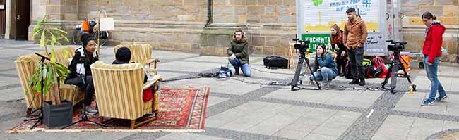 """""""Auf Augenhöhe"""" mit Obdachlosen: Gelungenes Kunstprojekt mit """"bodo""""-VerkäuferInnen in der Innenstadt von Dortmund"""