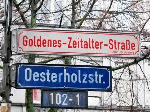 Zeichen für den Gründungsmythos der 103 an der Straßenkreuzung gegenüber von dem Café