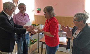Anne Rabenschlag erhielt das Buschwindröschen vom Vorsitzenden Dr. Wilhelm Grote und Manfred Kreuzholz. Rechts: Gerda Kieninger, die die Laudatio hielt.