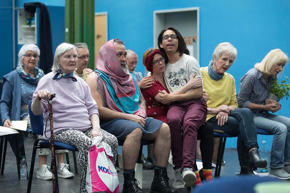 """""""Choose Your Granny"""" ist die Parodie einer Casting-Show, die aus dem Ruder läuft. Die Inszenierung ist bewusst experimentell und assoziativ. Das Publikum darf sich also auf Überraschungen freuen. Fotos: Guntram Walter"""
