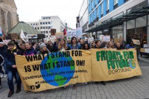"""Seit Wochen gehen in Dortmund SchülerInnen, Studierende und andere Interessierte bei den """"Friedas for Future"""" auf die Straßen."""