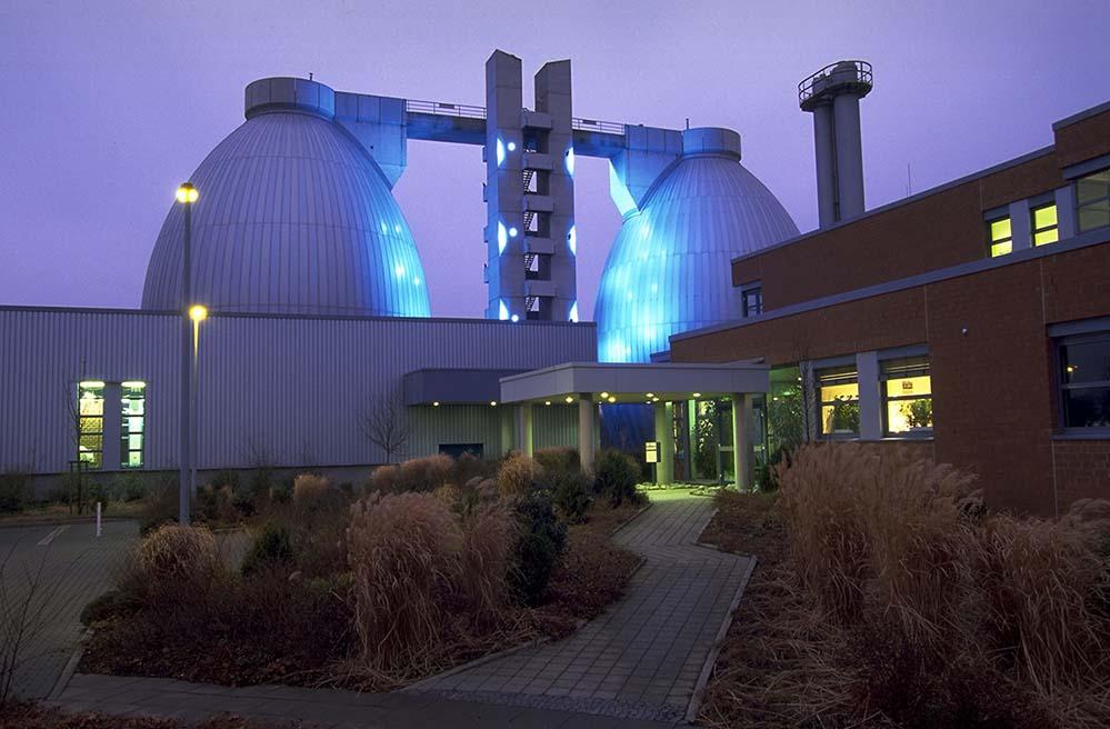 Wenn sie hell in der Dunkelheit leuchten, erinnern die Faulbehälter ein bisschen an eine Raum- schiffstation. Zu Ostern verwandeln sie sich in überdimensionale Ostereier. Hier zu sehen ist der Faulbehälter der Emscher-Kläranlage in Dortmund-Deusen. Fotos: Emschergenossenschaft