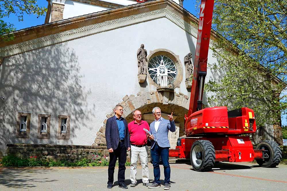 Der neue Baudezernent Arnulf Rybicki (Mitte) machte sich selbst ein Bild von der Baustelle aus dem Hauptfriedhof. Fotos: Gaye-Suse Kromer