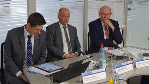 (v.l.:) Gabor Leisten, Leiter der HWK-Unternehmensberatung, Andreas Bartels, Geschäftsführer Ebbinghaus Automobile, und Berthold Schröder, Präsident der Handwerkskammer