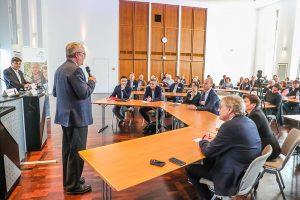 Klaus Wegener, Präsident der Auslandsgesellschaft, begrüßte KandidatInnen und Publikum.