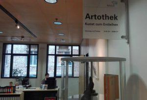 """Eingang zur Artothek, dem Ausstellungsort von """"Querschnitt"""". Fotos: A. Steger"""