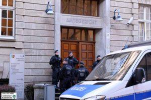 Zahlreiche Polizeikräfte und Justizwachtmeister sicherten den Prozessfortgang.