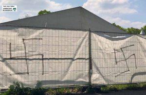 Mit Hakenkreuzen wurden Bauzäune in der Nacht zu Dienstag beschmiert. Zuvor gab es Kotattacken auf Zelte.