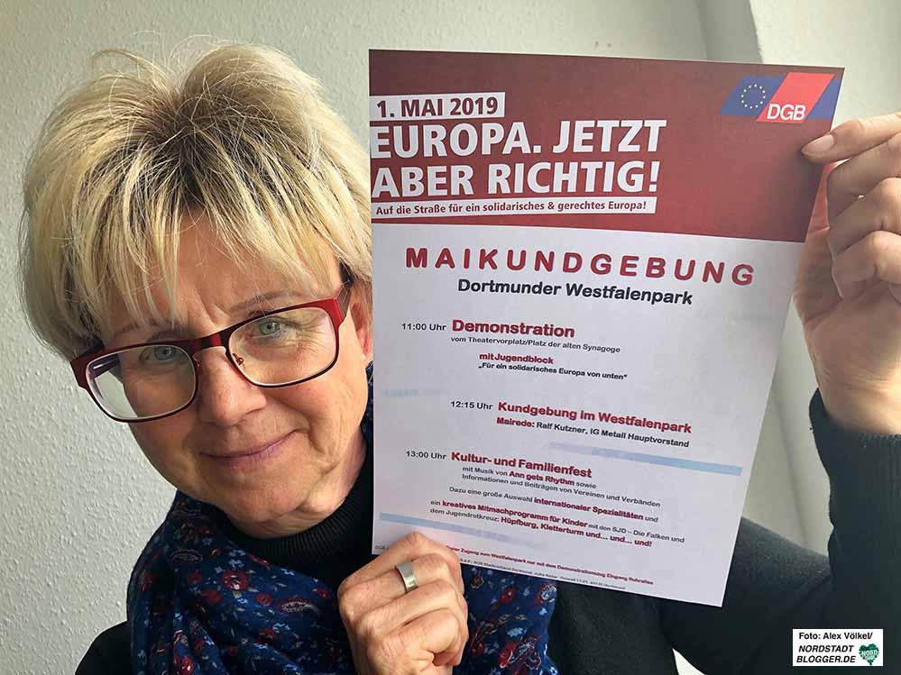 Die Vorsitzender DGB-Region Dortmund-Hellweg,Jutta Reiter, wirbt für den 1. Mai und Europa.
