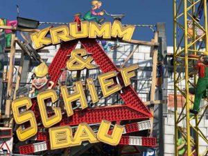 """""""Krumm und Schief, Achtung: Baustelle"""" - über drei Etagen führt die lustigste Baustelle der Welt. Das Fahrgeschäft ist zum ersten Mal in Dortmund."""