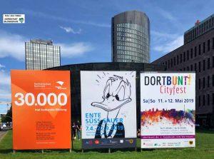 Überall im Stadtbild wird bereits für Dortbunt geworben. Foto: Alex Völkel