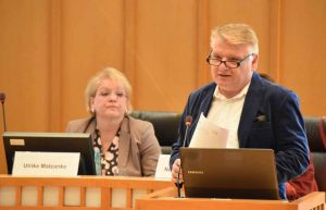 SPD-Fraktionschef Norbert Schilff, im Hintergrund Klinikum-Aufsichtsratsvorsitzende Ulrike Matzanke