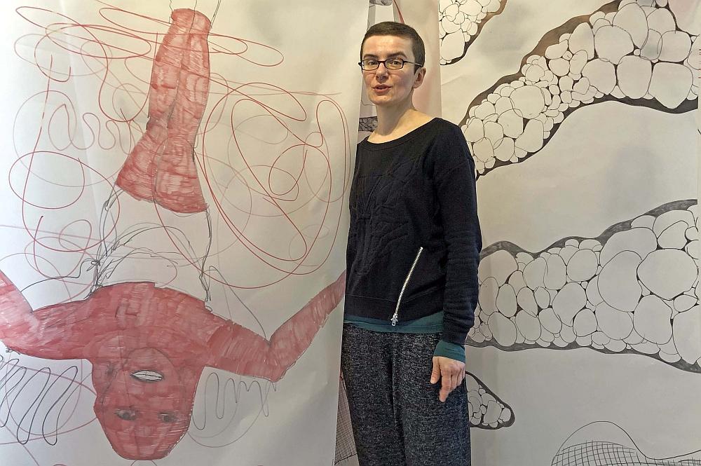 """Torhaus-01: """"Spoootz"""" nennt Mariola Laschet ihr 600 Meter langes Werk auf Transparentpapier-Bahnen.Sonntag um 11 Uhr ist Eröffnung. Fotos: Joachim vom Brocke"""
