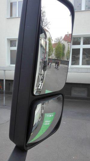 der rechte Seitenspiegel an einem 40-Tonner-LKW. Fotos: A. Steger