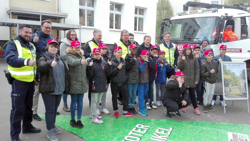 """Eine der vierten Klassen der Oesterholzgrundschule beim Verkehrsinfotag der Dortmunder Polizei zum sog. """"Toten Winkel."""" Fotos: A. Steger"""
